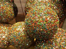 Μεγάλες πολύχρωμες σφαίρες Χριστουγέννων στοκ εικόνες με δικαίωμα ελεύθερης χρήσης