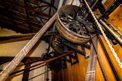 Μεγάλες ρόδες που συνδέονται με τη μηχανή ατμού με την βαριά λαστιχένια β-ζώνη στοκ φωτογραφία
