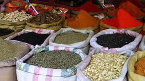 Μεγάλες τσάντες των καρυκευμάτων σε μια αγορά φιλμ μικρού μήκους