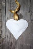 Μεγάλη άσπρη καρδιά στην ξύλινη ανασκόπηση Στοκ φωτογραφίες με δικαίωμα ελεύθερης χρήσης