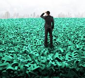 Μεγάλη έννοια στοιχείων, επιχειρηματίας που φαίνεται κοιτάζοντας στους τεράστιους πράσινους χαρακτήρες στοκ φωτογραφία