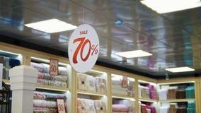Μεγάλη ένωση σημαδιών πώλησης στο κατάστημα της λεωφόρου με τις εκπτώσεις απόθεμα βίντεο
