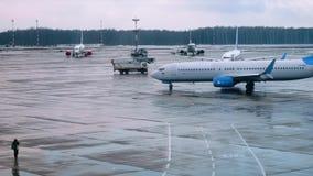 Μεγάλη αεριωθούμενη περνώντας γούρνα με τέσσερα αεροπλάνα που προετοιμάζονται για την πτήση στο υπόβαθρο απόθεμα βίντεο