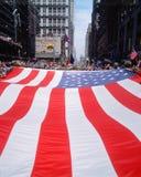 Μεγάλη αμερικανική σημαία που φέρεται στην παρέλαση Στοκ φωτογραφία με δικαίωμα ελεύθερης χρήσης