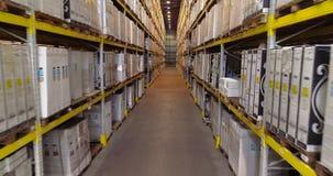 Μεγάλη αποθήκη εμπορευμάτων με τα άσπρα κιβώτια, που πετούν σε μια σύγχρονη αποθήκη εμπορευμάτων χωρίς ανθρώπους απόθεμα βίντεο