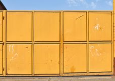 Μεγάλη βιομηχανική πόρτα μετάλλων του εργοστασίου Στοκ Εικόνες
