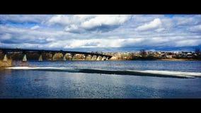 μεγάλη γέφυρα κάτω από τα σύννεφα την άνοιξη, Ñ 'аÐΜÑ 'л ÐΜÐ, Ð ½ Ð°Ñ ‡ ал Ð ¾ Ð ² ÐΜÑ  Ð ½ Ñ ‹ στοκ εικόνες με δικαίωμα ελεύθερης χρήσης