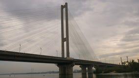 Μεγάλη γέφυρα πέρα από τον ποταμό Αρχιτεκτονική οικοδόμηση συνδέοντας τις δύο τράπεζες της πόλης Ογκώδης δομή Ένα φορτηγό είναι απόθεμα βίντεο