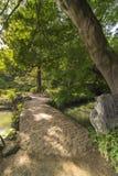 Μεγάλη γέφυρα πετρών που ονομάζεται τη γέφυρα Togetsu σε μια λίμνη κάτω από ένα μεγάλο μΑ Στοκ φωτογραφία με δικαίωμα ελεύθερης χρήσης