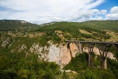 Μεγάλη γέφυρα στο Μαυροβούνιο πέρα από τον ποταμό Στοκ φωτογραφίες με δικαίωμα ελεύθερης χρήσης