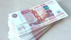 Μεγάλη δέσμη των ρωσικών τραπεζογραμματίων σε 5000 ρούβλια φιλμ μικρού μήκους