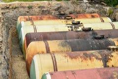 Μεγάλη δεξαμενή για τη βενζίνη στο ανασκαμμένο λατομείο για την αποθήκευση των πετρελαιοειδών στοκ εικόνα με δικαίωμα ελεύθερης χρήσης