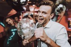 μεγάλη διάθεση Μπαλόνι Τραγουδήστε στο καραόκε Κατασκευαστής κόμματος στοκ εικόνες