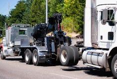 Μεγάλη εγκατάσταση γεώτρησης που ρυμουλκεί το ημι φορτηγών τρακτέρ φορτηγών ρυμούλκησης ather ημι στο ro στοκ φωτογραφίες με δικαίωμα ελεύθερης χρήσης