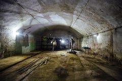 Μεγάλη εγκαταλειμμένη υπόγεια κενή αποθήκη εμπορευμάτων στοκ εικόνα