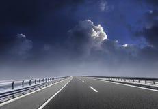 Μεγάλη εθνική οδός ενάντια σκηνικό ενός συννεφιάζω ουρανού Στοκ Φωτογραφίες