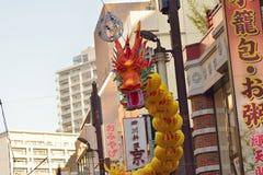 Μεγάλη ζωηρόχρωμη κινεζική διακόσμηση δράκων στην πόλη της Κίνας σε Yokohama, Ιαπωνία Στοκ εικόνα με δικαίωμα ελεύθερης χρήσης