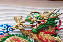 Μεγάλη ζωηρόχρωμη κινεζική ξύλινη τέχνη δράκων στην πόλη της Κίνας σε Yokohama, Ιαπωνία Στοκ Φωτογραφία