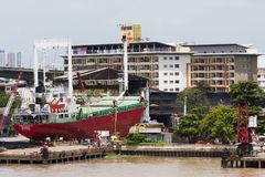 Μεγάλη θαλάσσια βάρκα φορτίου στο στάδιο της επισκευής στο ναυπηγείο στοκ εικόνα με δικαίωμα ελεύθερης χρήσης