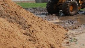 Μεγάλη κίτρινη forklift οδηγώντας λάσπη μηχανημάτων κατασκευής, σε αργή κίνηση απόθεμα βίντεο