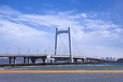 Μεγάλη καλώδιο-μένοντη γέφυρα ενάντια σε έναν μπλε ουρανό, Yantai, Κίνα στοκ εικόνες με δικαίωμα ελεύθερης χρήσης