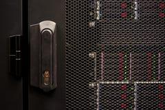 μεγάλη κλειδωμένη κεντρικός υπολογιστής πόρτα στοιχείων στοκ φωτογραφία με δικαίωμα ελεύθερης χρήσης