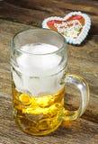 Μεγάλη κούπα της βαυαρικής μπύρας ξανθού γερμανικού ζύού σε Oktoberfest στο Μόναχο Στοκ Εικόνες