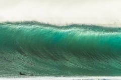 Μεγάλη κωπηλασία Surfer κυμάτων στοκ εικόνες με δικαίωμα ελεύθερης χρήσης