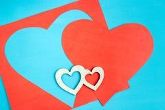 Μεγάλη κόκκινη καρδιά που χαράζεται από το φύλλο εγγράφου και τη μικρή ξύλινη καρδιά δύο Στοκ εικόνες με δικαίωμα ελεύθερης χρήσης