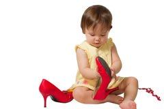 μεγάλη κόκκινη s κοριτσιών παιδιών προσπάθεια παπουτσιών μητέρων Στοκ Εικόνες