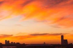 Μεγάλη μητρόπολη ενάντια στο σκηνικό ενός όμορφου ηλιοβασιλέματος το φθινόπωρο στοκ εικόνα