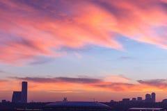 Μεγάλη μητρόπολη ενάντια στο σκηνικό ενός όμορφου ηλιοβασιλέματος το φθινόπωρο στοκ εικόνες με δικαίωμα ελεύθερης χρήσης