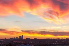 Μεγάλη μητρόπολη ενάντια στο σκηνικό ενός όμορφου ηλιοβασιλέματος το φθινόπωρο στοκ φωτογραφίες με δικαίωμα ελεύθερης χρήσης