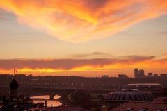 Μεγάλη μητρόπολη ενάντια στο σκηνικό ενός όμορφου ηλιοβασιλέματος το φθινόπωρο στοκ εικόνα με δικαίωμα ελεύθερης χρήσης