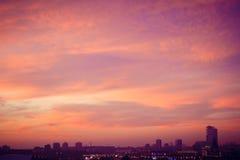 Μεγάλη μητρόπολη ενάντια στο σκηνικό ενός όμορφου ηλιοβασιλέματος το φθινόπωρο στοκ εικόνες