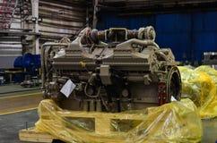 Μεγάλη μηχανή diesel με έναν τεράστιο στρόβιλο στην αποθήκη εμπορευμάτων τελειωμένος - εργοστάσιο προϊόντων στοκ εικόνα