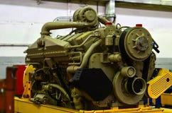 Μεγάλη μηχανή diesel με έναν τεράστιο στρόβιλο στην αποθήκη εμπορευμάτων τελειωμένος - εργοστάσιο προϊόντων στοκ εικόνες με δικαίωμα ελεύθερης χρήσης