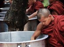 μεγάλη μοναχών λήψη ρυζιού της Myanmar παν Στοκ Εικόνες