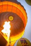 Μεγάλη μύγα μπαλονιών πέρα από τα βουνά σε Cappadocia Στοκ Εικόνες