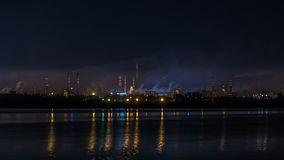 Μεγάλη νύχτα σωλήνων εργοστασίων που μολύνει το περιβάλλον και που ρίχνει τη σκόνη και τον καπνό στον αέρα φιλμ μικρού μήκους