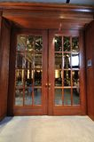 Μεγάλη ξύλινη πόρτα στο εστιατόριο Στοκ Φωτογραφία