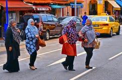 Μεγάλη οδός πόλεων με την ισλαμική γυναίκα στη ζωηρόχρωμη αραβική περιοχή οδών στην ασιατική μητρόπολη Σιγκαπούρη στοκ εικόνα