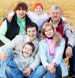 Μεγάλη οικογένεια με τους παππούδες και γιαγιάδες στο πάρκο φθινοπώρου Στοκ Φωτογραφίες