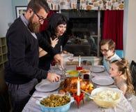 Μεγάλη οικογένεια της Τουρκίας γευμάτων ημέρας των ευχαριστιών Στοκ εικόνα με δικαίωμα ελεύθερης χρήσης