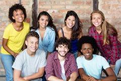 Μεγάλη ομάδα πολυ εθνικών ενήλικων νέων στοκ φωτογραφία με δικαίωμα ελεύθερης χρήσης