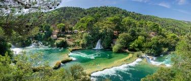 Μεγάλη πανοραμική εναέρια άποψη των όμορφων καταρρακτών στο εθνικό πάρκο Krka στοκ εικόνες με δικαίωμα ελεύθερης χρήσης