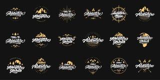 Μεγάλη περιπέτεια που γράφει τα καθορισμένα λογότυπα με τις χρυσές απεικονίσεις Εκλεκτής ποιότητας λογότυπα με τα βουνά, τις φωτι διανυσματική απεικόνιση