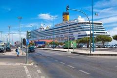 Μεγάλη πλευρά Magica κρουαζιερόπλοιων πολυτέλειας που ελλιμενίζεται στη Λισσαβώνα Στοκ εικόνες με δικαίωμα ελεύθερης χρήσης