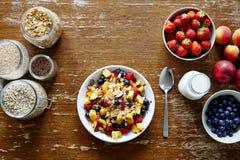 Μεγάλη ποικιλία φραγμών Muesli των οργανικών δημητριακών και του φρέσκου εποχιακού υγιούς τρόπου ζωής φρούτων Στοκ Φωτογραφίες