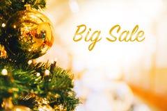 μεγάλη πώληση σφαιρών νέο s Χριστουγέννων χρυσό έτος θέματος διακοπών Στοκ Φωτογραφίες